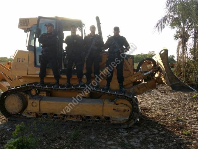 Trator de esteira DEERE 750J, cor amarela, recuperado na ação.