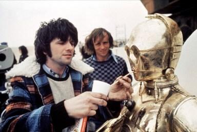 No es fácil tomar agua con el traje de C-3PO. Fuente: www.toutlecine.challenges.fr