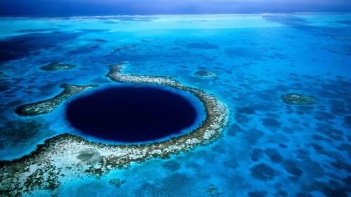 El Gran Agujero Azul. Se ubica en las costas de Belice, mide más de 300 metros de ancho y 123 de profundidad. National Geographic www.ngeneespanol.com