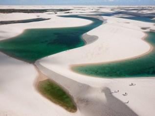 Lencóis Maranhenses. Las lluvias forman lagunas entre las dunas de arena blanca en este desierto de Brasil. National Geographic www.ngeneespanol.com