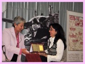 """Premio """"Giovannino Guareschi"""". Mi passa la targa Carlotta Guareschi (figlia dello scrittore)"""