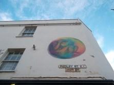 La obra de la colombiana 'Bastardilla' en Pedley Street, sobre un aviso en inglés y en bengalí