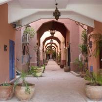 Een van de straatjes van de 'jardin' in Marrakesh, waar zich Les trois pilliers bevindt (2014).