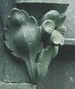 Grafmonument Cuypers Mariasymbool maarts viooltje op hoek baldakijn.