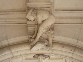 Le va et vient | E.E. Viollet-le-Duc (ontwerp), De bouwvakker in een van de sluitstenen van kasteel Pierrefonds (1861-1885). Foto Poul de Haan (2008).