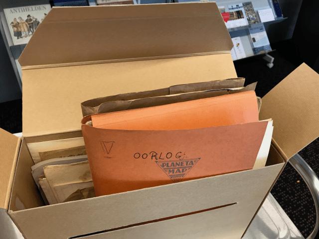 Al doende | De JCC zit vol met mappen, waarop in het handschrift van Joseph Cuypers aanwijzingen van een oude ordening staan.Foto bvhh.nu 21 september 2018.