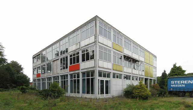 De Rijksluchtvaartschool te Eelde is ontworpen door Feico P. Glastra van Loon, met medewerking van Bart van der Leck (1953-1957). Foto van voor de herbestemming en restauratie door Boei: Wutsje/Wikimedia Commons/CC-BY-SA, 2013.