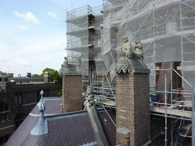 Biografie | De beelden rond de apsis van de nieuwe Bavo te Haarlem tijdens de restauratie. Foto bvhh.nu 2013.