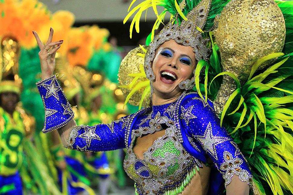 Carnival in Rio: Elaborate costume