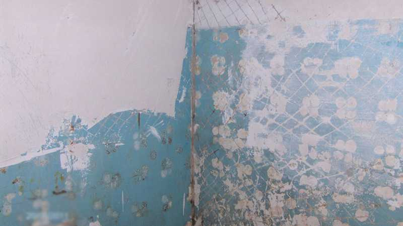 Préparation du mur peint pour poser des tuiles