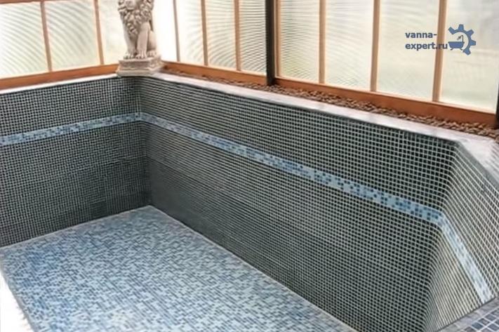 이것은 거리의 파빌리온에 위치한 콘크리트에서 목욕탕의 질적으로 줄 지어있는 표면처럼 보입니다.
