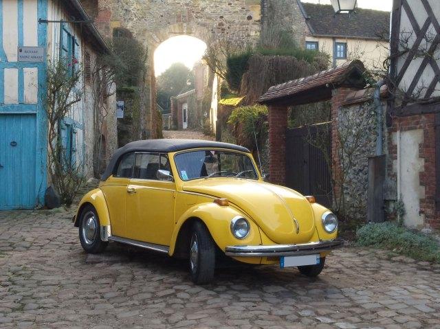 Visitez l'un des plus beaux villages de France à bord de notre coccinelle cabriolet.