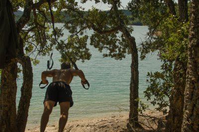 Outdoor TRX Training im Sommer an einem Baum