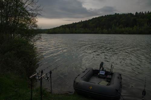 Schlauchboot im Stausee