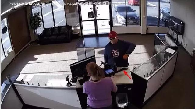 US Vape Robbery : He Robbed the Vape Shop but the Pistol Fell