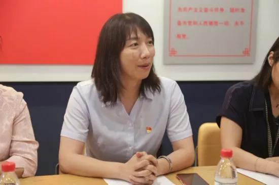 Jin Yu, Secretary of the CPC Committee of Walnut Garden Community, Hujialou Street, Chaoyang District, Beijing, made a speech at the meeting.