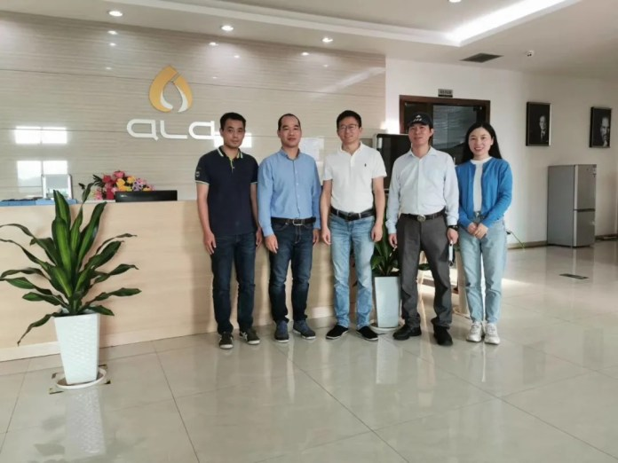 The delegation of the Secretariat took a group photo with Ding Yi, the chairman of ALD, and Xu Xuanxuan, the vice president