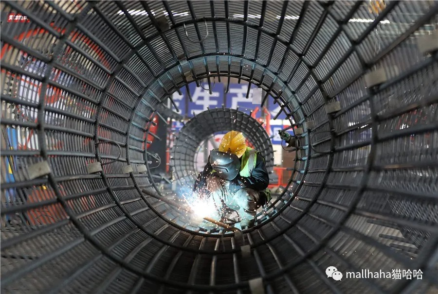 A man works at a construction site in Beijing on March 20, 2020. [Photo/Xinhua]