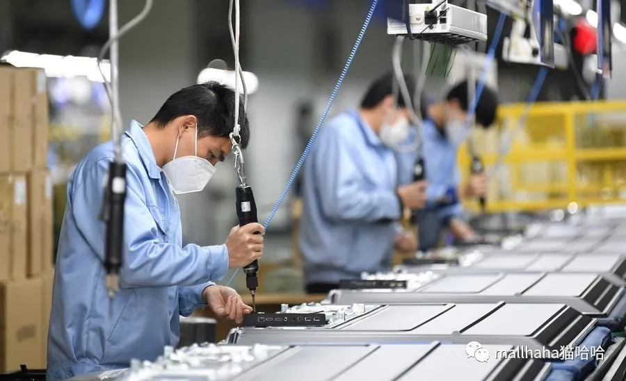 Staff members work at a Skyworth workshop in Guangzhou, South China's Guangdong province, on Feb 10, 2020. [Photo/Xinhua]