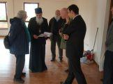 Weihbischof Vasile führt die VAR-Delegation durch den Rohbau des Hospizes