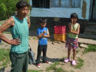 Roma-Bäuerin vor ihrem Haus