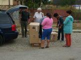 Kartons mit Kinderkleidung für die Roma