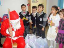 """""""Moş craciun"""", der Weihnachtsmann, kommt zu den Roma-Grundschülern"""