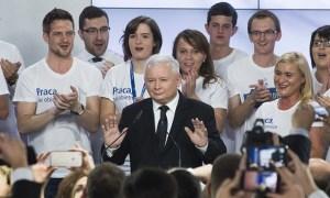 Jarosław Kaczyński, leiðtogi Flokks laga og réttar, fagnar sigri flokks síns.