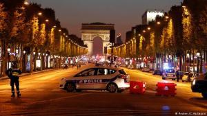 Lögregla lokaði Champs Elysees næturlangt.