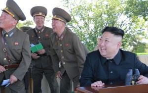 Kim Jong-un harðstjóri og hershöfðingjar hans fagna eldflaugaskotinu.
