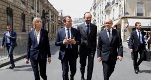 Hér ganga þeir saman fyrir miðju Emmanuel Macron Frakklandsforseti og Edouard Philippe forsætisráðherra.