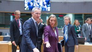Jens Stoltenberg og Frederica Mogherini í fundarsal ESB-ráðherra.