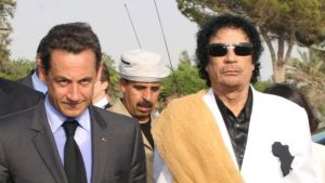 Nicolas Sarkozy og Muammar Gaddafi.