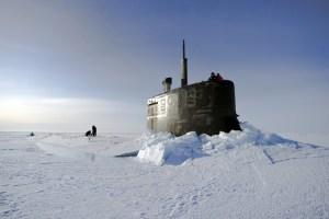 Myndin er frá 2011 þegar bandaríski kafbáturinn USS Connecticut braust í gegnum ís Norður-Íshafs. » surfaced in the Arctic. Photo: Kevin S. O'Brien / U.S. Navy