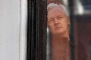 Julian Assange í glugga sendiráðs Ekvadors í London.