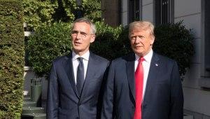 Jens Stoltenberg og Donald Trump við bandaríska sendiráðið í Brussel.