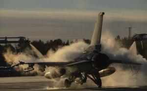 Bandarísk F-16 orrustuþota afísuð á Kallax flugvelli í Svíþjóð miðvikudaginn 24. október 2018 vegna þátttöku í Trident Juncture.