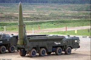NATO segir að rússneskar Iskander-flaugar eins og sú sem hér sést á skotpalli brjóti gegn INF-samningnum.