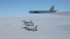 B-52 sprengjuvél í fylgd norskra F-16 orrustuþotna.