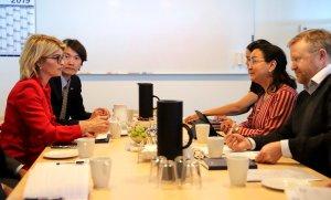 Sendiherra Bandaríkjanna Carla Sanders og Sung Choi, fyrsti ritari í sendiráði hennar.