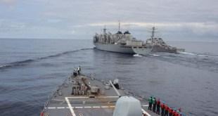 Myndin er tekin frá bandaríska tundurspillinum USS Donald Cook og sýnir  USS Porter við hliðina á  bandarískta birgðaskipinu USNS Supply