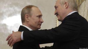 Valdimir Pútin og Alexander Lukasjenko heilsast í Sotsji 14. september 2020.