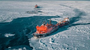 Rússneskur ísbrjótur aðsoðar skip á Norðurleiðinni.