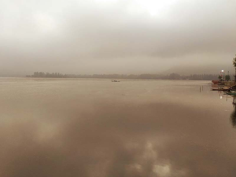 early morning picture of dal lake