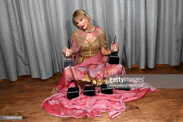 Taylor Swift Wins all 5 AMAs Awards, Including Artist of the Year!