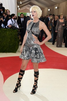 """NEW YORK, NY - MAY 02: Taylor Swift attends the """"Manus x Machina: Fashion In An Age Of Technology"""" Costume Institute Gala at Metropolitan Museum of Art on May 2, 2016 in New York City. (Photo by Larry Busacca/Getty Images)"""