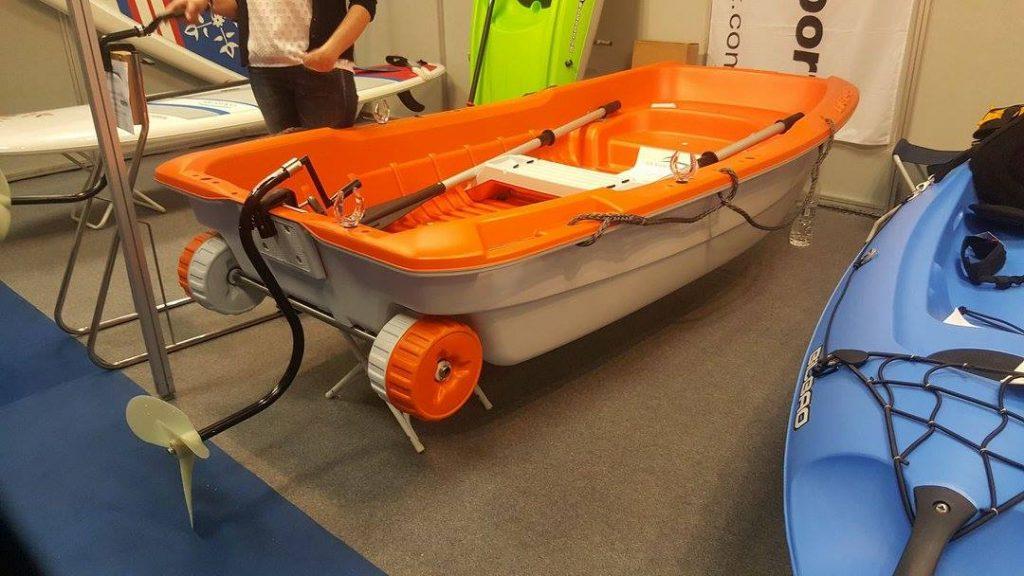 μικρή βάρκα BiC Sportyak 245 με χειροκίνητη προπέλα Marin