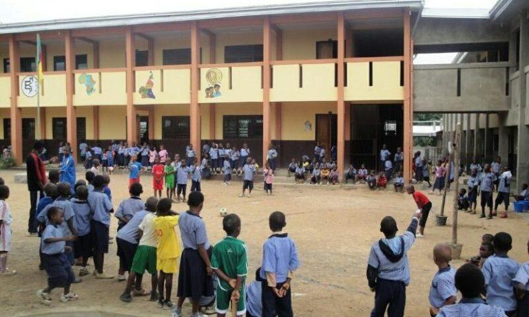 enfants dans une école au Caméroun
