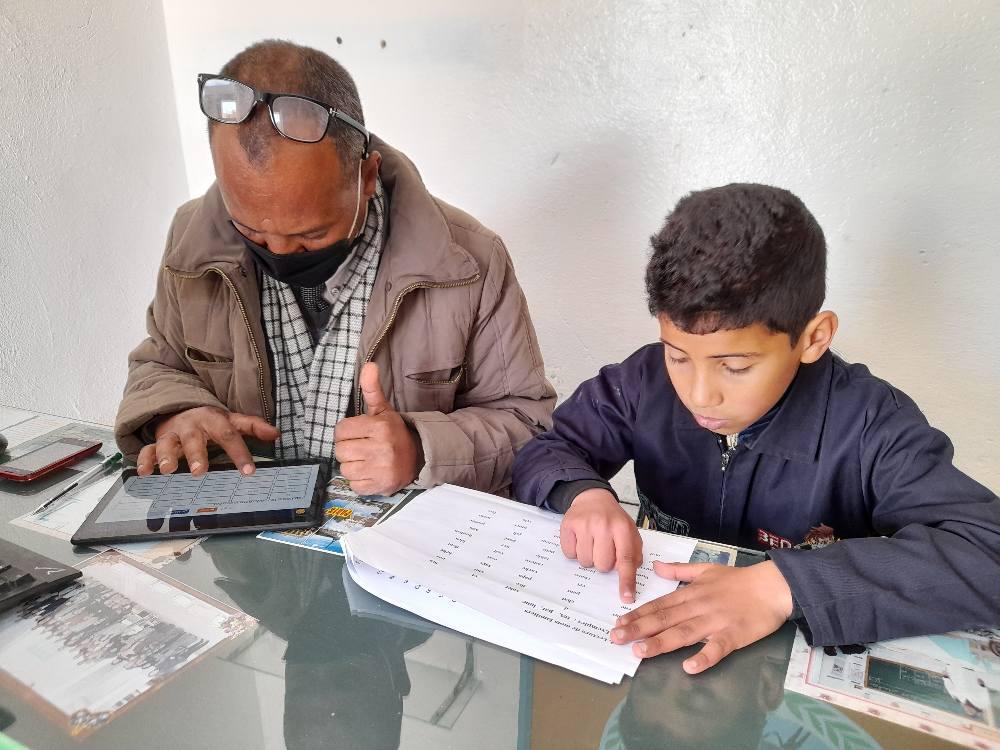 Un enfant passant un test oral de lecture.
