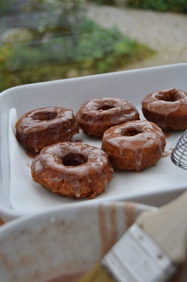 Glasering af donuts.